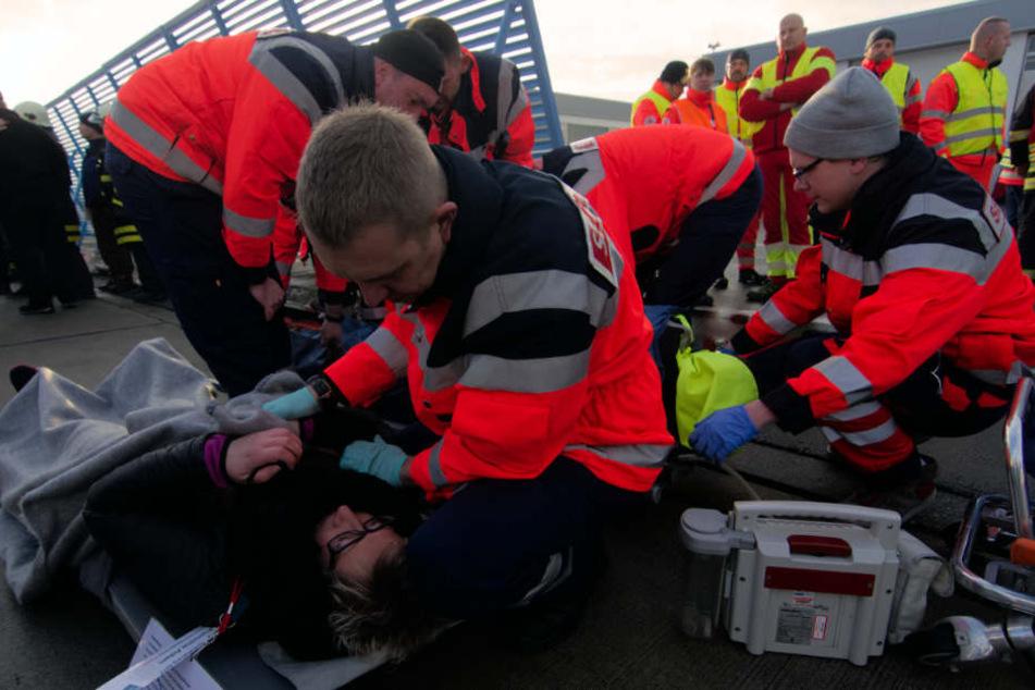 Die Schnelle Einsatzgruppe (SEG) behandelt und versorgt die Verletzten.