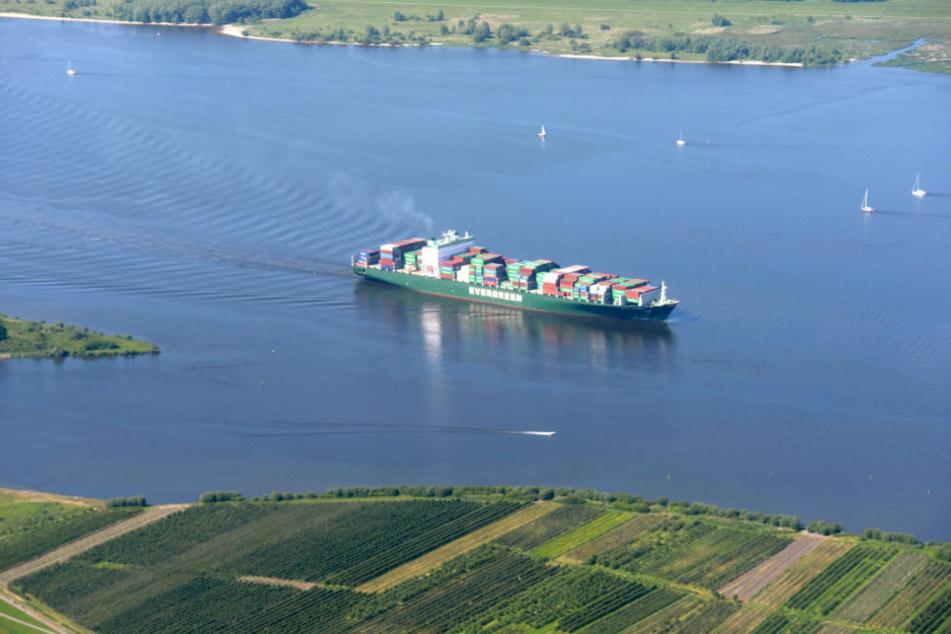 Künftig sollen auch große Containerschiffe die Elbe befahren können.