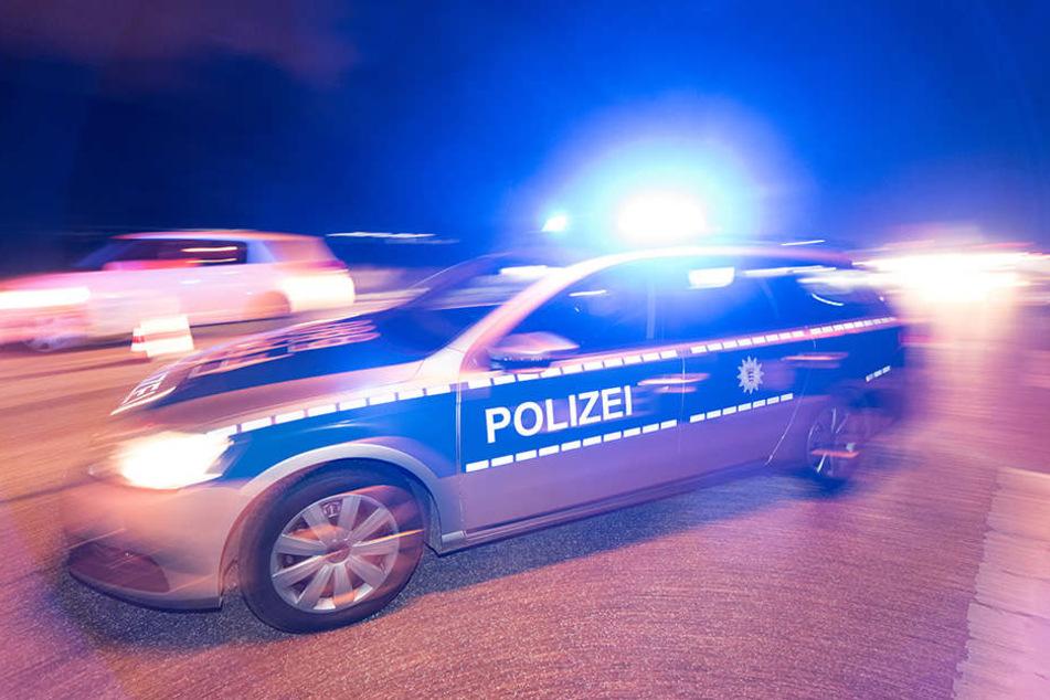 Die Polizei evakuiert aktuell das Gelände der Schule. (Symbolbild)