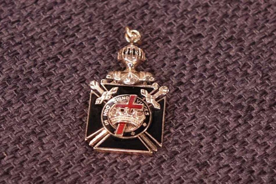 Der Anhänger hat Symbole der Freimaurer und der Templer.