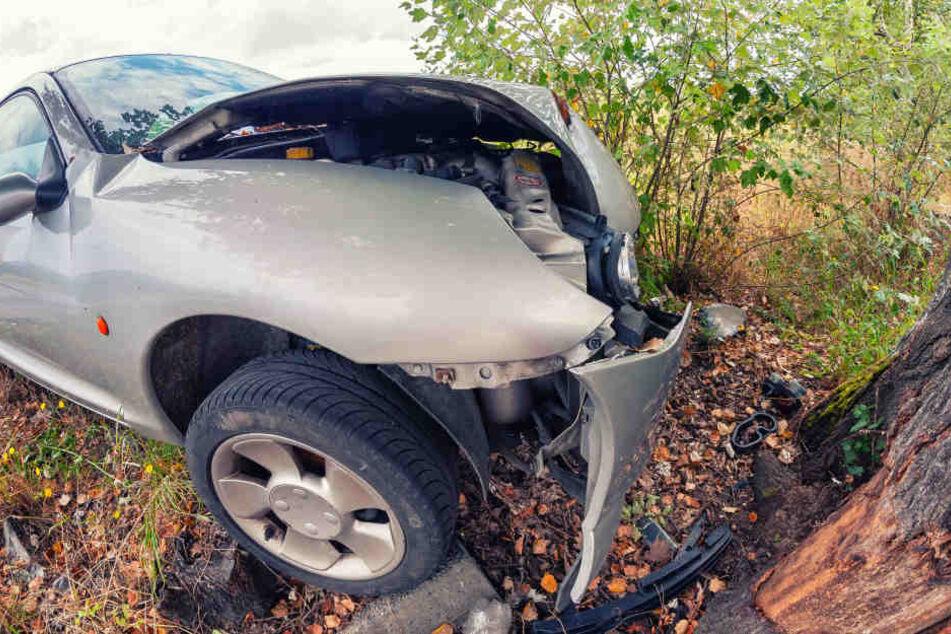 Durch den Aufprall am Baum hatte das Auto Feuer gefangen. (Symbolbild)