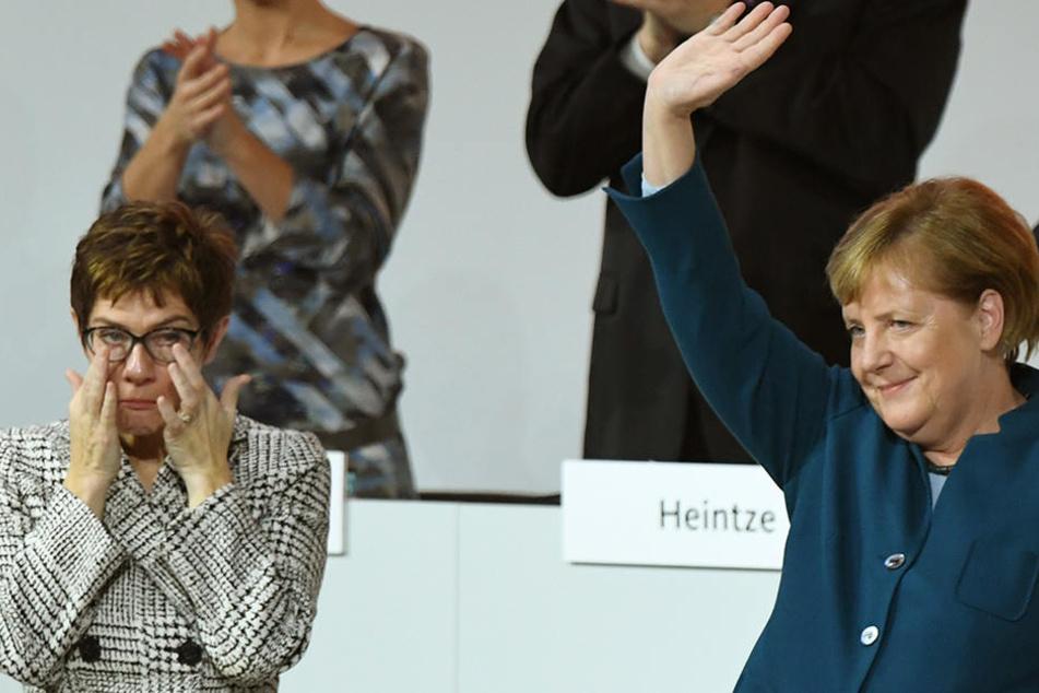 Wird AKK (li.) Bundeskanzlerin Angela Merkel beerben, die nach 18 Jahren den Parteivorsitz abgab?