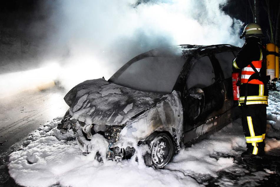 Feuerdrama auf Bundesstraße: Frau rettet 51-Jährige vor Flammentod