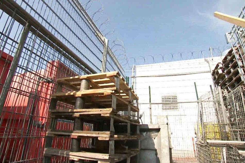 Der Dieb hievte die schweren Geräte über einen vier Meter hohen Zaun.