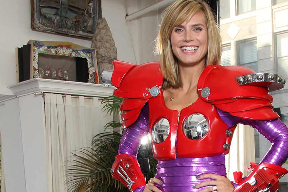 "2010 trug Heidi Klum dieses lila-rote Halloween-Kostüm der Lokomotive ""Electra"" aus dem Musical ""Starlight Express""."