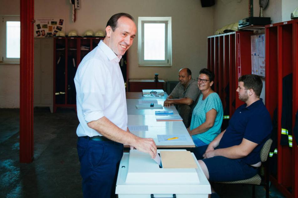 CDU-Spitzenkandidat Ingo Senftleben schmeißt sein Stimmzettel in die Wahlurne.
