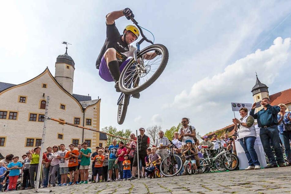 Athletik, Technik und viel Mut: Weltmeister Marco Hösel (37) fliegt mit seinem Fahrrad durch die Luft.