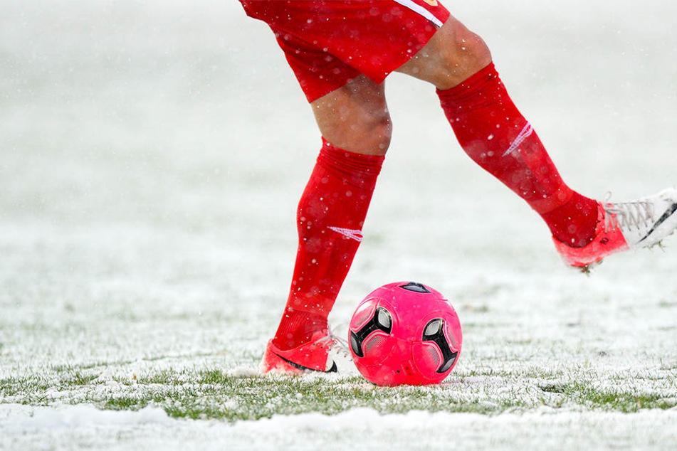 Unter Protest: Fußballer müssen bei fetten Minus-Graden spielen!