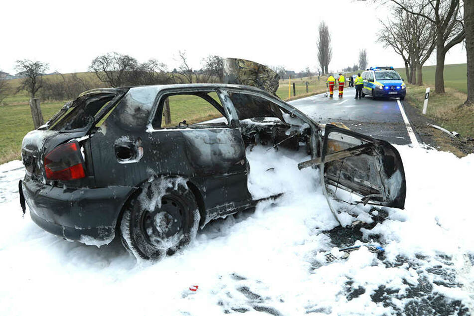 EIn Audi krachte gegen einen Baum und brannte. Das Fahrzeug musste gelöscht werden.