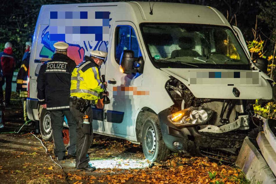 Fahrer wird aus Transporter geschleudert und stirbt