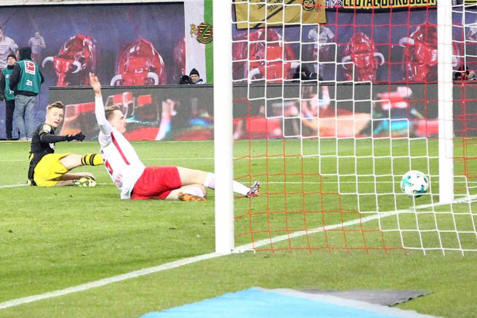 Noch in der ersten Halbzeit konnte Marco Reus (l.) ausgleichen. Er umkurvte Keeper Peter Gulacsi, Lukas Klostermanns (r.) Rettungstat misslang.