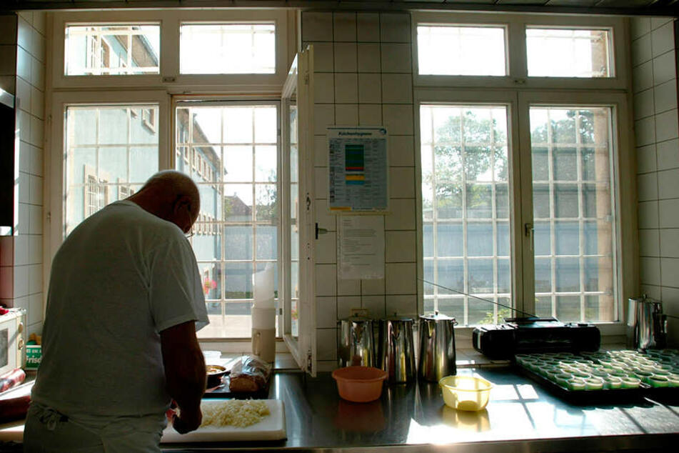 Bis zu 27 Strafgefangene arbeiten in der Dresdner JVA-Küche, kochen über 800  Essen täglich. Die Aufnahme zeigt die JVA-Küche Konstanz. (Symbolfoto)