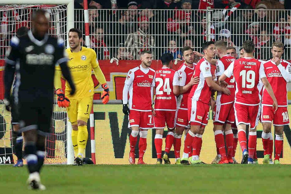 Früh ging der FC Union Berlin in Führung und jubelte. Enttäuschung dagegen bei Reinhold Yabo und Stefan Ortega.