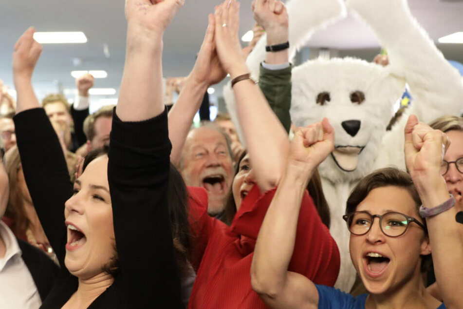 Mitten im Getümmel feiert ein Eisbär das historische Ergebnis der Grünen.