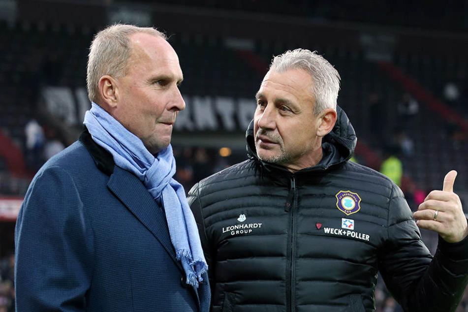 Der Blick verbissen und stur geradeaus: FCE-Präsident Helge Leonardt (l.) hört zu, was Trainer Pavel Dotchev ihm zu sagen hat.
