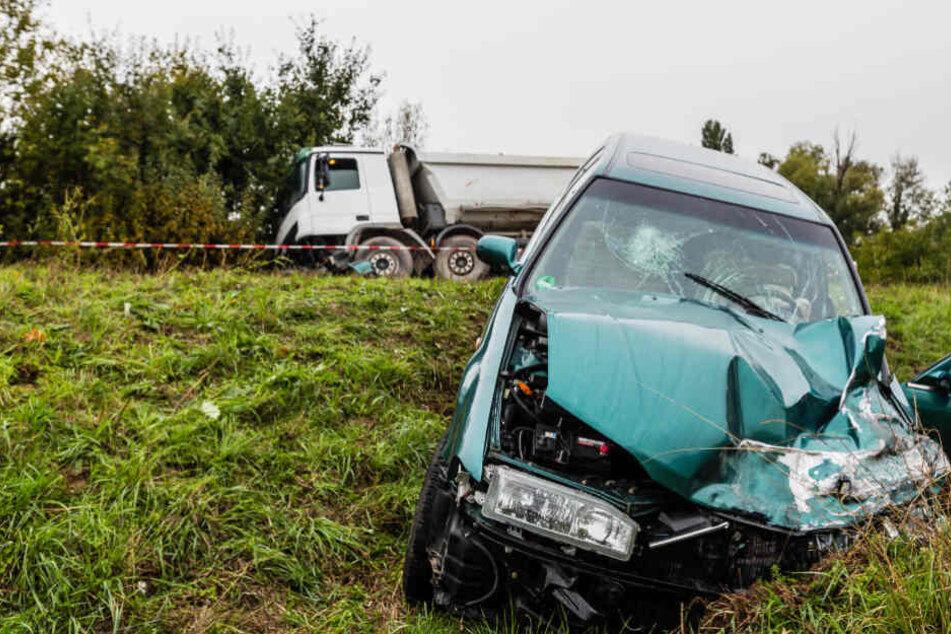 Heftiger Unfall: Lastwagen und Auto krachen ineinander, drei Menschen eingeklemmt