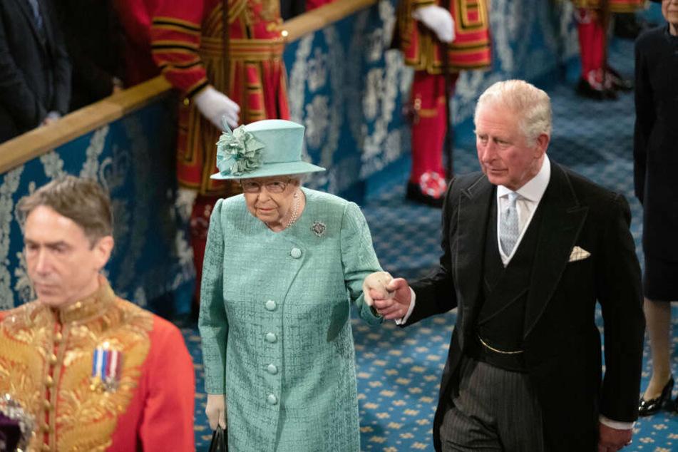 Queen Elizabeth an der Seite ihres Sohnes Charles geht am 19. Dezember durch die Königliche Gallerie vor der feierlichen Wiedereröffnung des britischen Parlaments.