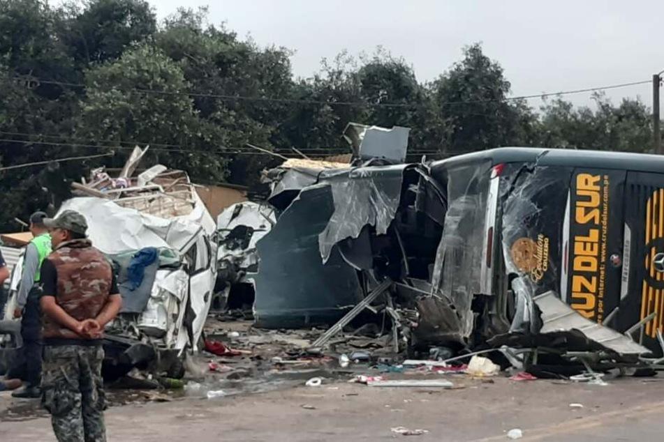 Eine Einheit der Feuerwehr arbeitet an der Stelle eines Busunfalls. Der Bus war unterwegs von der Hauptstadt Lima nach Arequipa.