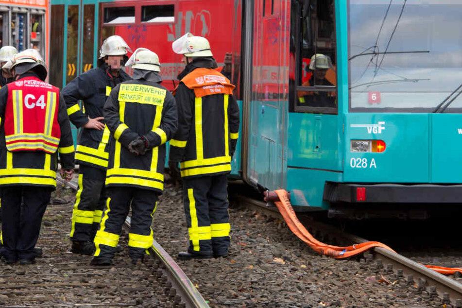 Lastwagen rammt Straßenbahn: Schwerer Unfall mit Verletzten in Frankfurt