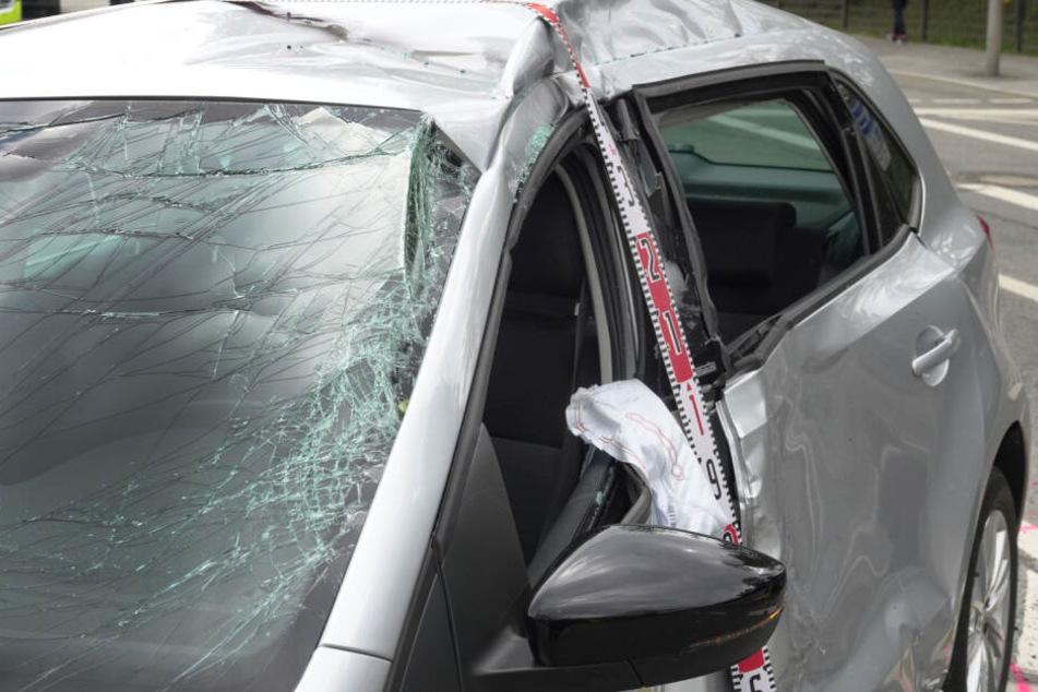 Der Motorradfahrer war mit voller Wucht in die Fahrerseite des VW gekracht.