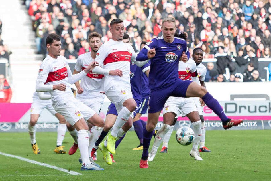 Einer gegen viele: Florian Krüger versucht, den Ball nach einer Ecke zu kontrollieren.