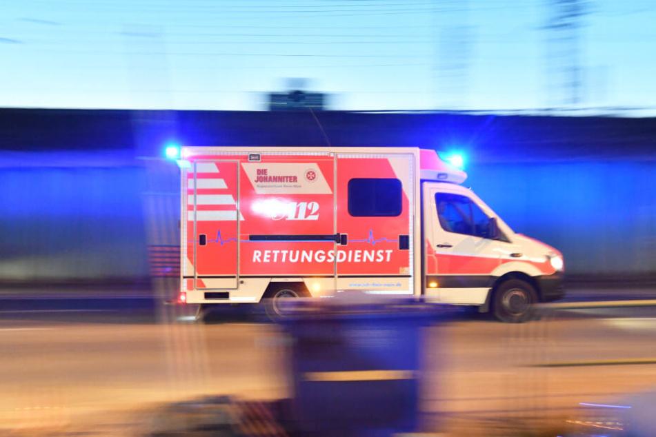Rettungskräfte versorgten den Mann, der schwer am Hals verletzt wurde. (Symbolbild)