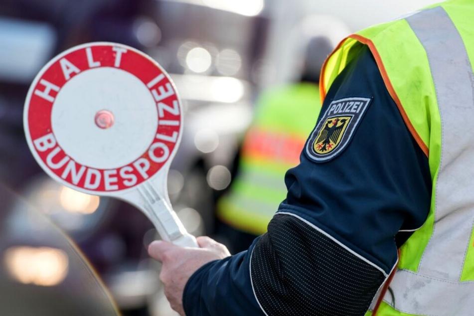 Bei einer Verkehrskontrolle der Polizei war die Frau sehr nervös, wenig später war klar, warum. (Symbolbild)