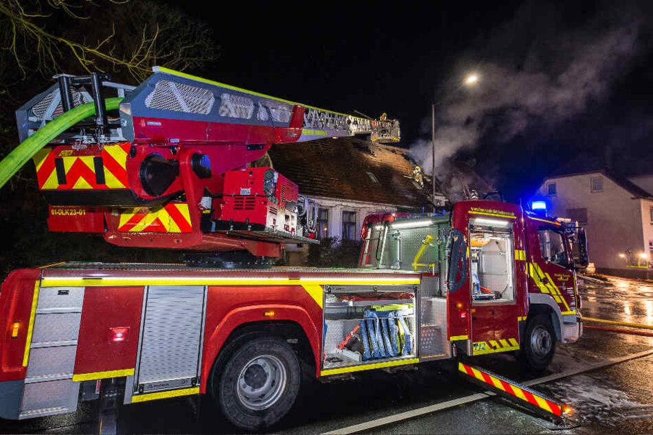 Mit einem Leiterwagen hat die Feuerwehr versucht den Brand im Dach zu löschen.