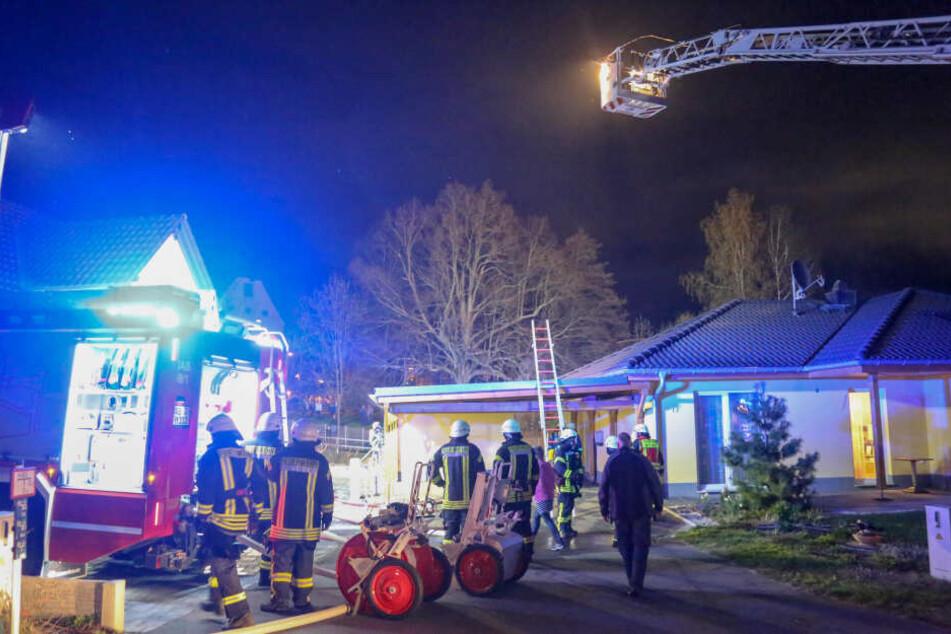Die Feuerwehr konnte ein Übergreifen des Feuers auf das Wohnhaus verhindern.