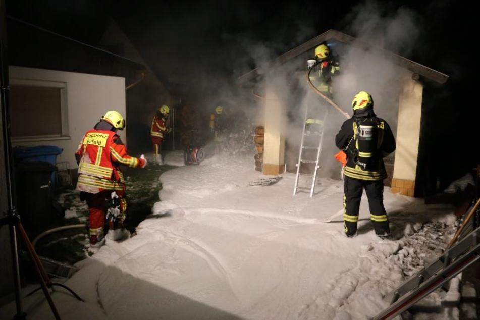 Garage geht in Flammen auf: Stundenlange Löscharbeiten