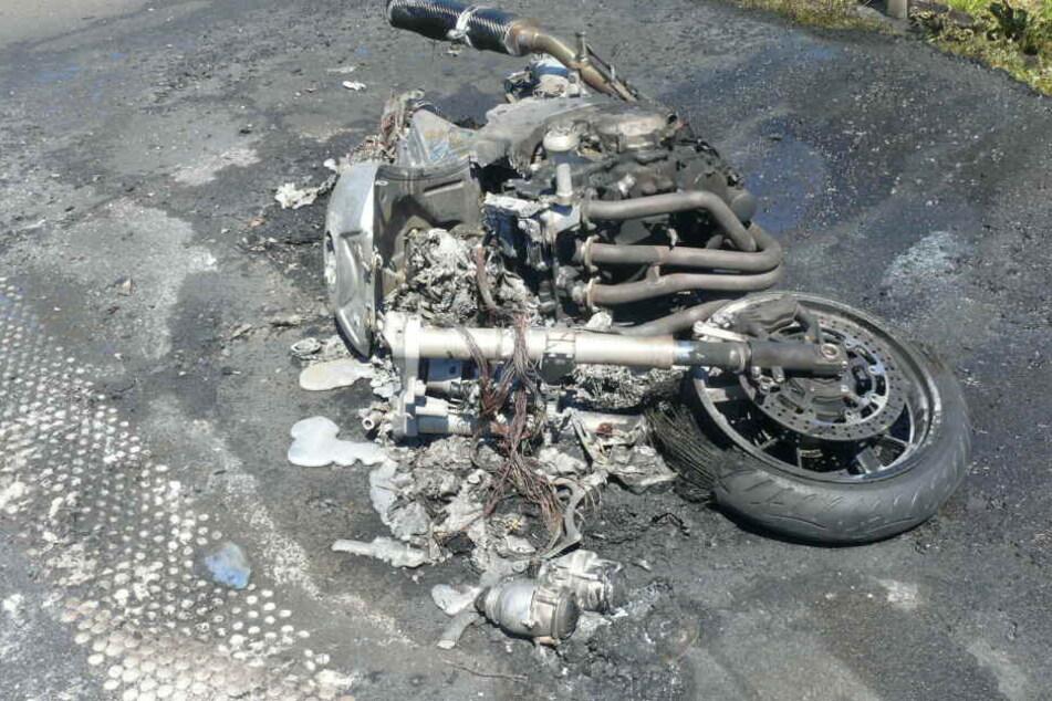 Auf der A14 ist es am Sonntag zu einem schweren Unfall gekommen. Dabei wurde ein Motorradfahrer schwer verletzt. Seine Maschine brannte vollständig aus.