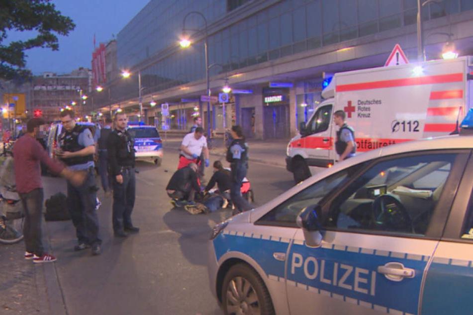 Polizei und Rettungskräfte an der Unglücksstelle am Hermannplatz in Berlin-Neukölln.