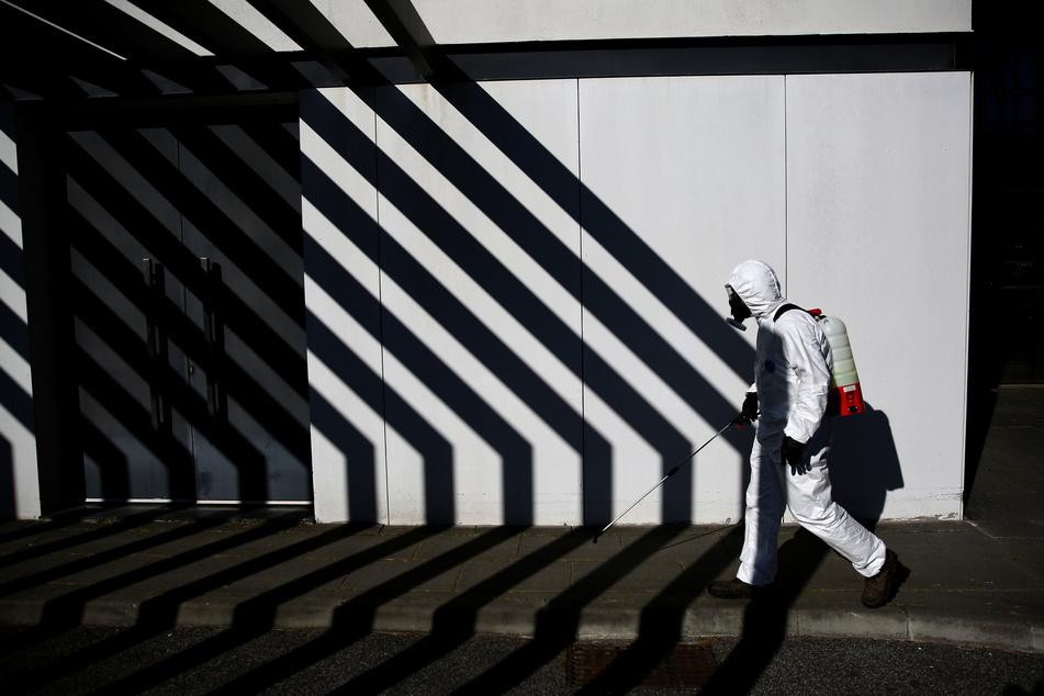 Mitarbeiter der Stadt Cascais desinfizieren Straßen, um die Ausbreitung des Coronavirus einzudämmen.