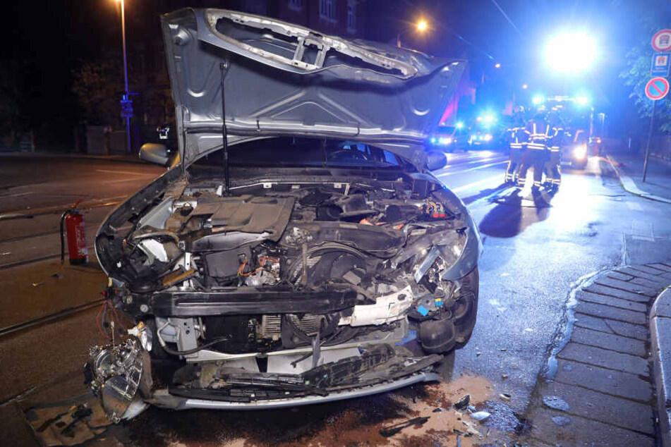 Durch den Zusammenstoß wurden beide Wagen extrem beschädigt.