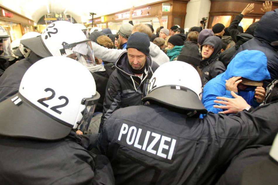 Die Polizei wird die Demonstranten mit einem Großaufgebot in Schach halten. (Symbolbild)