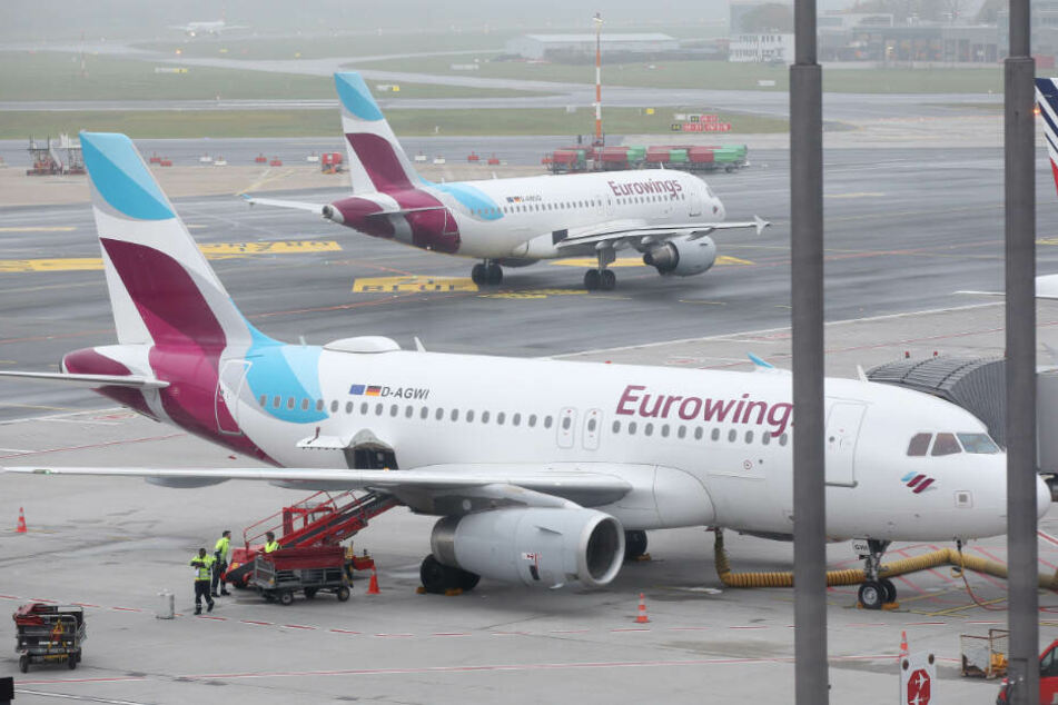Maschinen der Fluggesellschaft Eurowings stehen am Flughafen Hamburg (Symbolfoto).