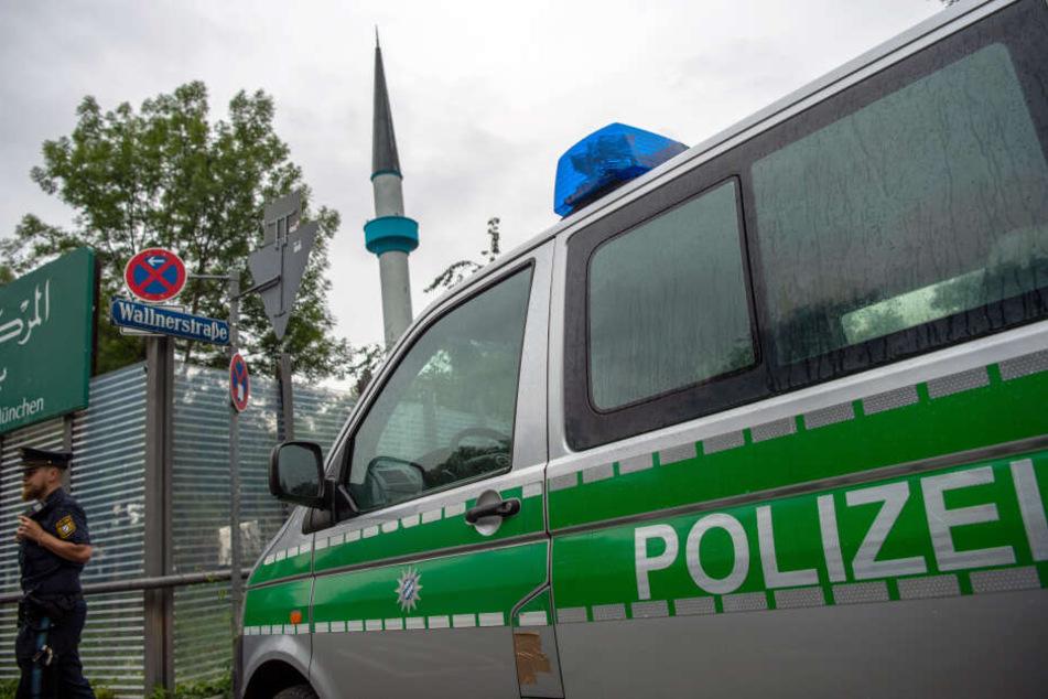 Ein Polizist steht vor dem Islamischen Zentrum München. Wegen Drohungen hat die Münchner Polizei zwei Moscheen räumen lassen. (Archivbild)