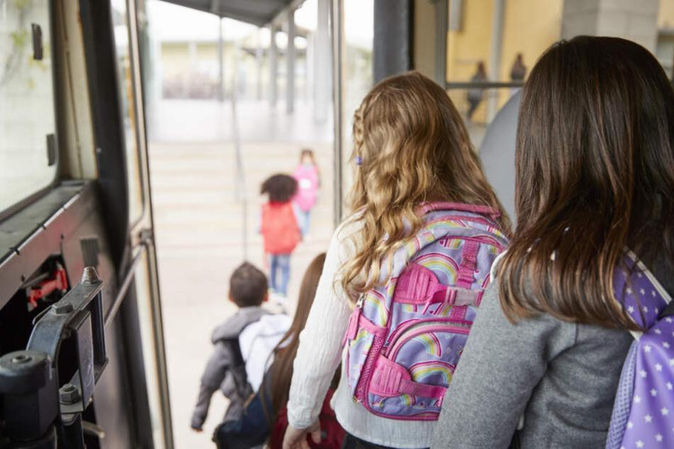 Schülern wird im Bus schwindelig: Klassenfahrt endet mit Notarzteinsatz!