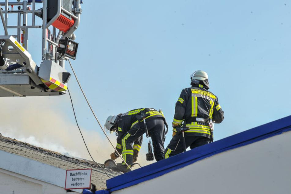 Der Brandherd wird im Dachstuhl der Halle vermutet.
