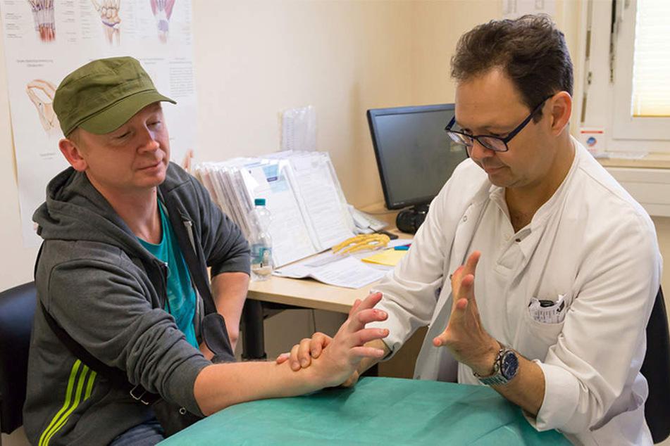 Oberarzt Michael Stoffels kontrolliert die Fortschritte, die Alexander Ebert dank Reha-Maßnahmen macht.