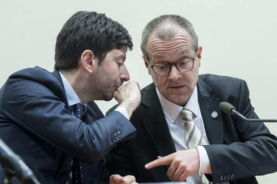 Roberto Speranza (l), italienischer Gesundheitsminister, spricht während des Coronavirus-Gipfels mit Vertretern der EU, mit Hans Kluge, Chef der Weltgesundheitsorganisation Region Europa.
