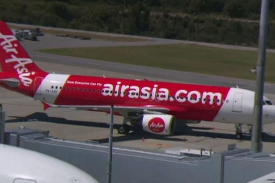 Das Standbild aus einem Video zeigt ein Flugzeug der malaysischen Fluggesellschaft AirAsia am Sonntag am Flughafen in Perth (Australien).