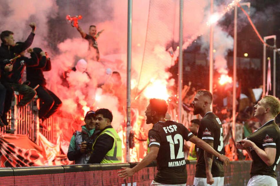 Während die Spieler des FC St. Pauli über ihr Tor jubelten, zündeten ihre Anhänger Pyrotechnik.