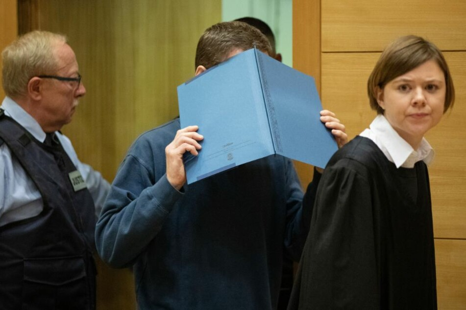 Der Angeklagte steht wegen versuchten Mordes in drei Fällen vor dem Bielefelder Landgericht.