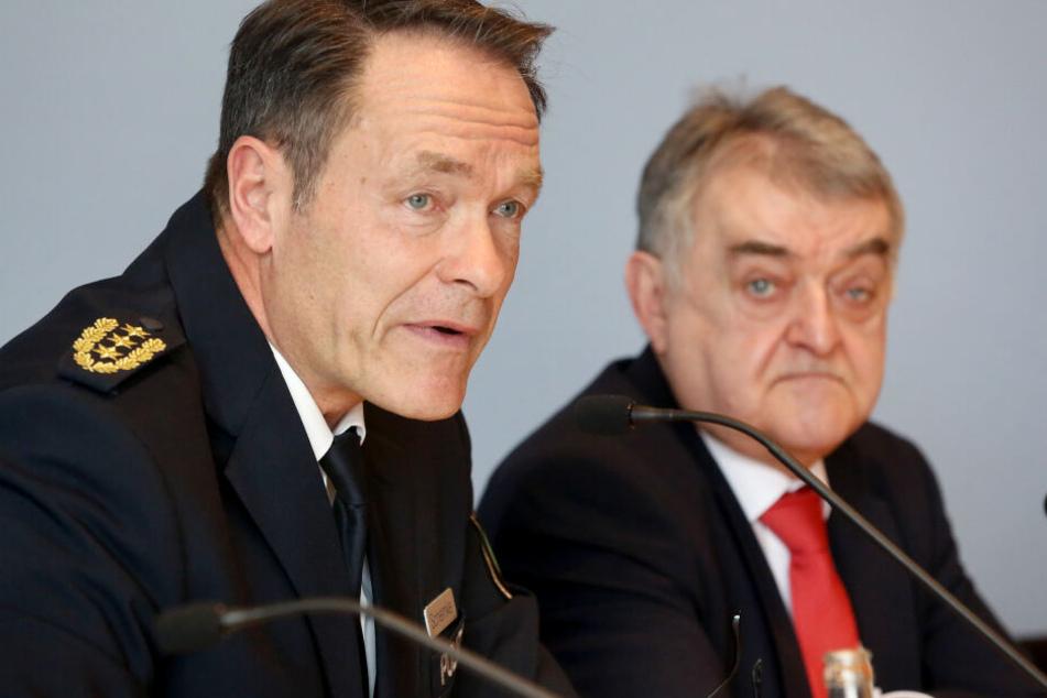 Der nordrhein-westfälische Innenminister Herbert Reul (CDU, r) und Michael Schemke, Inspekteur der Polizei Nordrhein-Westfalen.