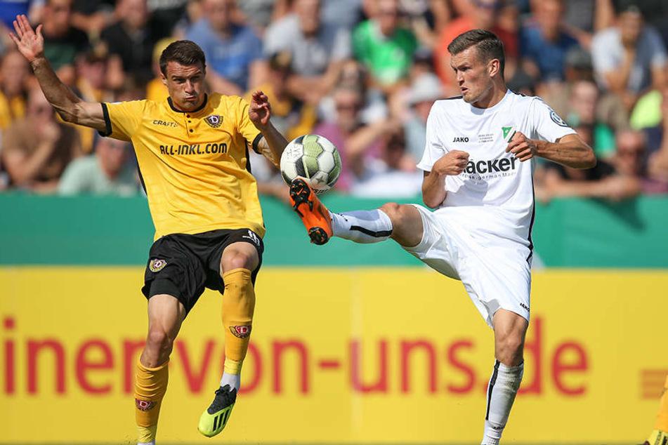 Dresdens Philip Heise (links) und Dennis Engel von Rödinghausen kämpfen artistisch um den Ball.