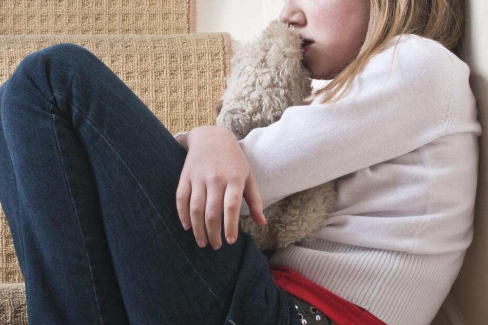 Das Mädchen musste immer wieder Übergriffe von ihrem eigenen Vater erleben, so die Anklage. (Symbolbild)