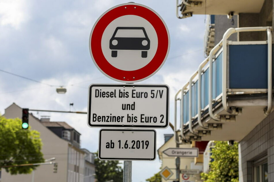 Die schlechten Luftwerte könnten in NRW Fahrverbote zur Folge haben (Symbolbild).
