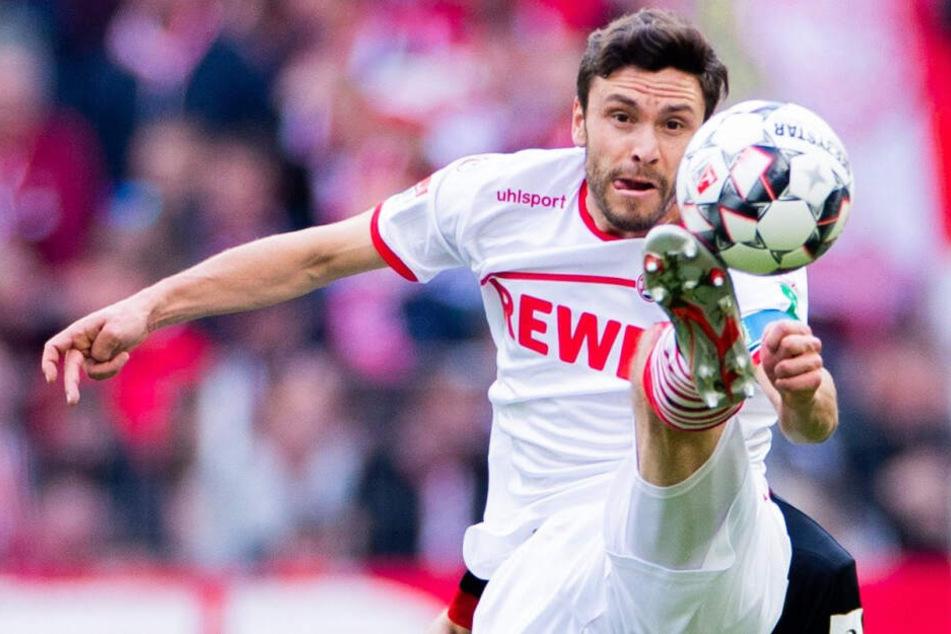 Kölns Jonas Hector (29) rückt gegen den FC Schalke 04 ins Mittelfeld.