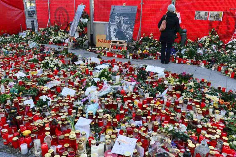 Blumen und Kerzen erinnern an den Terroranschlag auf dem Breitscheidplatz in Berlin.